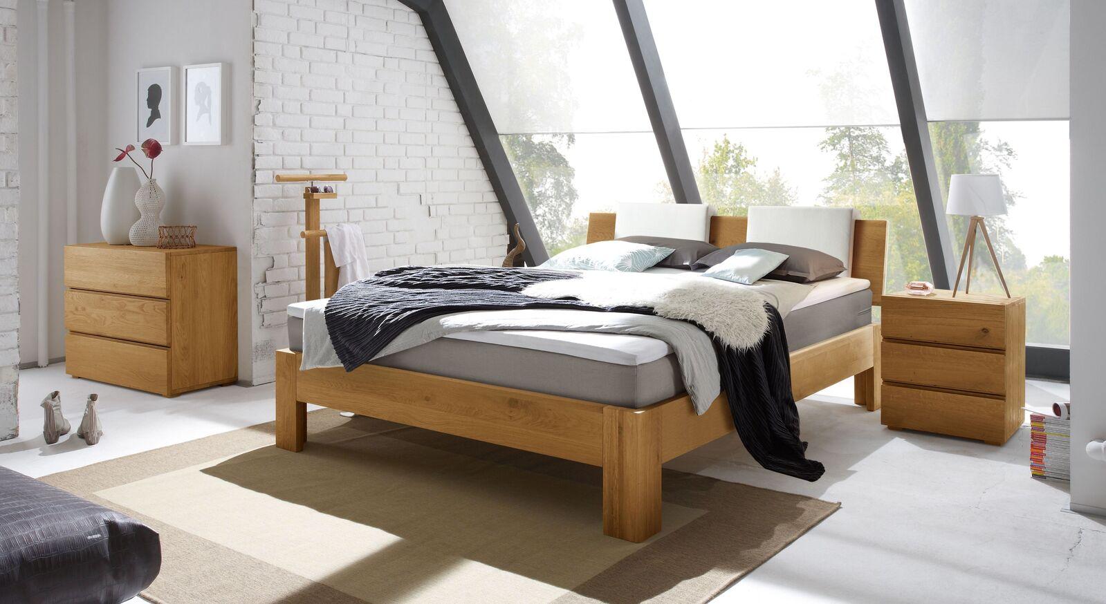 Boxspringbett Kingston mit passenden Accessoires fürs Schlafzimmer