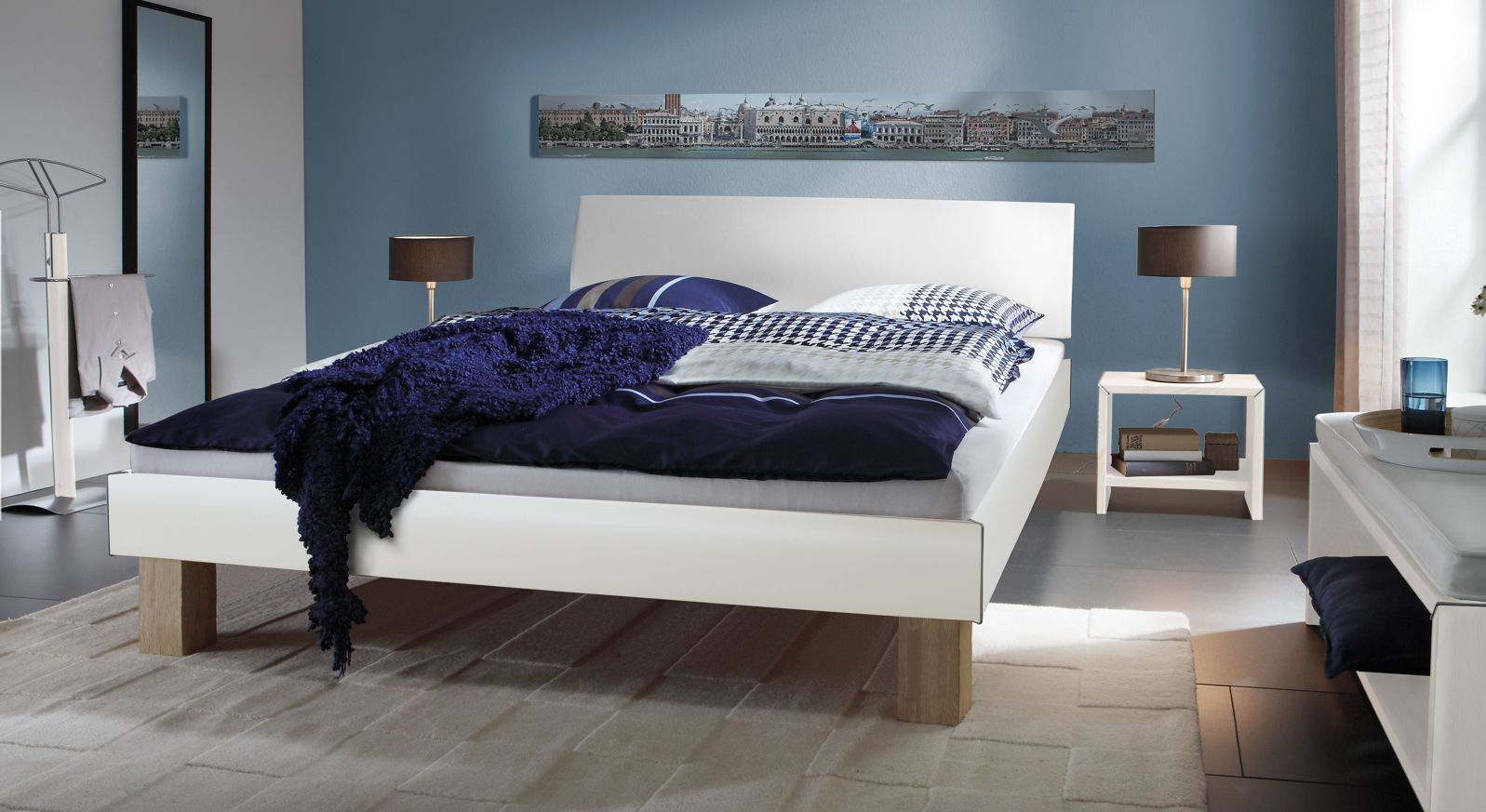 Doppelbett Benevento in Weiß mit 25cm Füßen in Eiche sägerau
