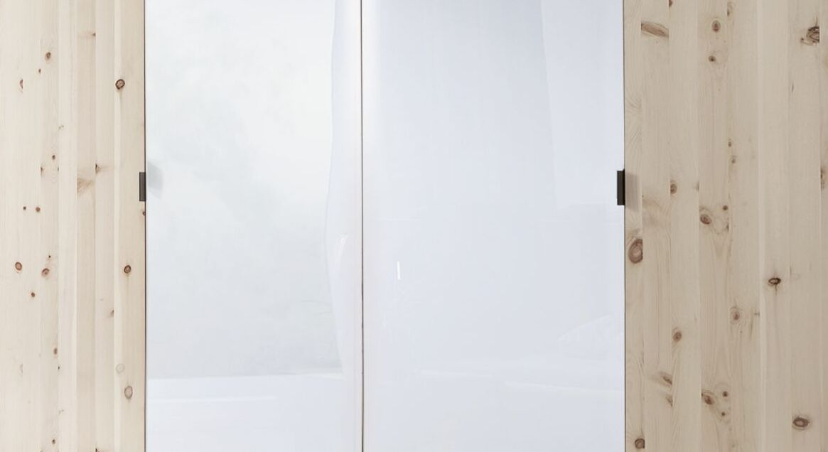 Drehtüren-Kleiderschrank Surat mit dezenten Griffen