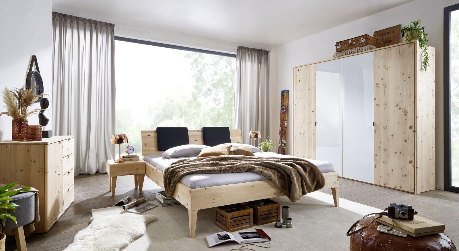 Passende Schlafzimmermöbel zum Drehtüren-Kleiderschrank Surat