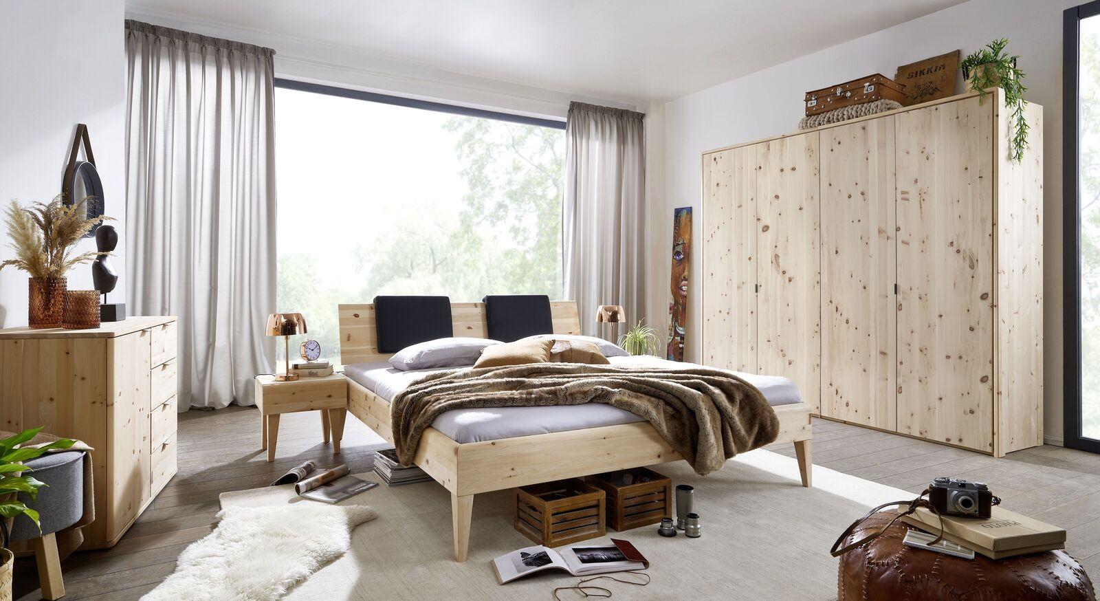 Passende Schlafzimmermöbel zum Drehtürenschrank Alistra aus Zirbenholz
