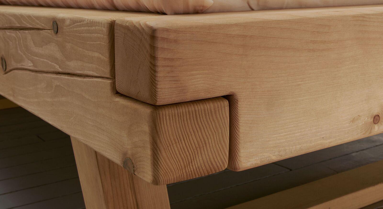 Balkenbett aus Fichte mit robuster Eckverbindung