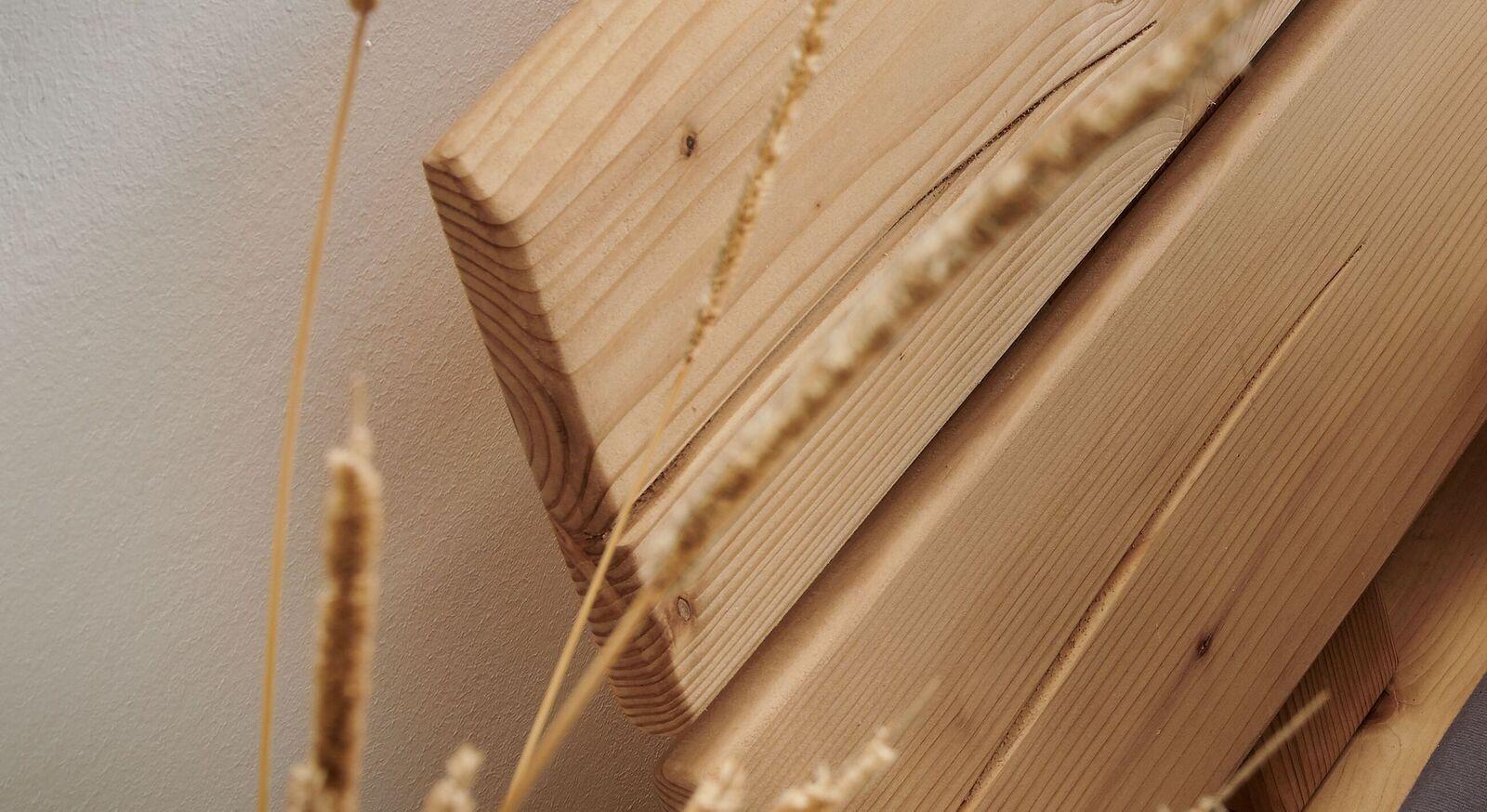 Balkenbett aus Fichte mit natürlicher Kante am Kopfteil