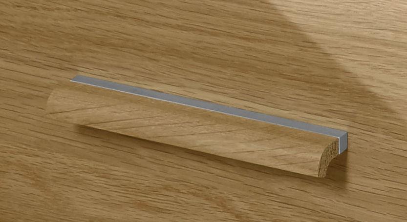 Detailbild des massiven Griffs aus Eiche mit Metallverzierung