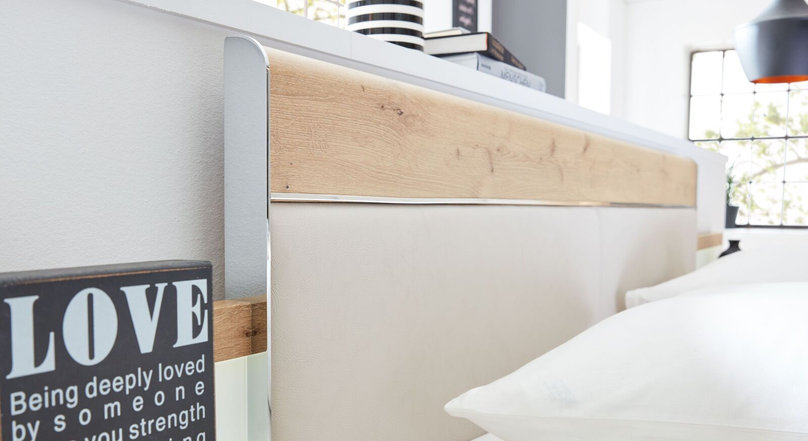 INTERLIVING Bett 1017 mit Chromelementen am Kopfteil