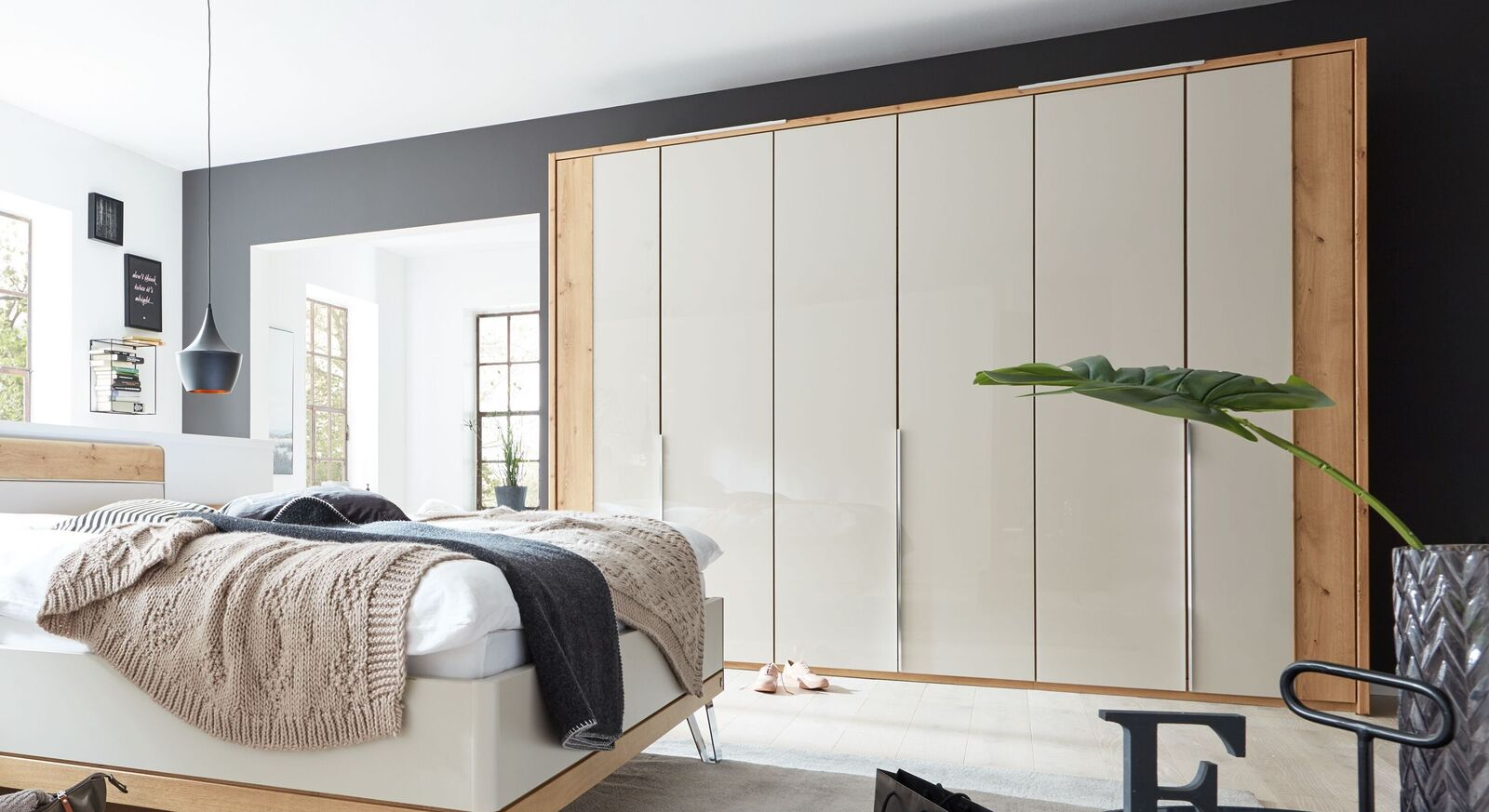 INTERLIVING Drehtüren-Kleiderschrank 1017 in zweifarbigem Design