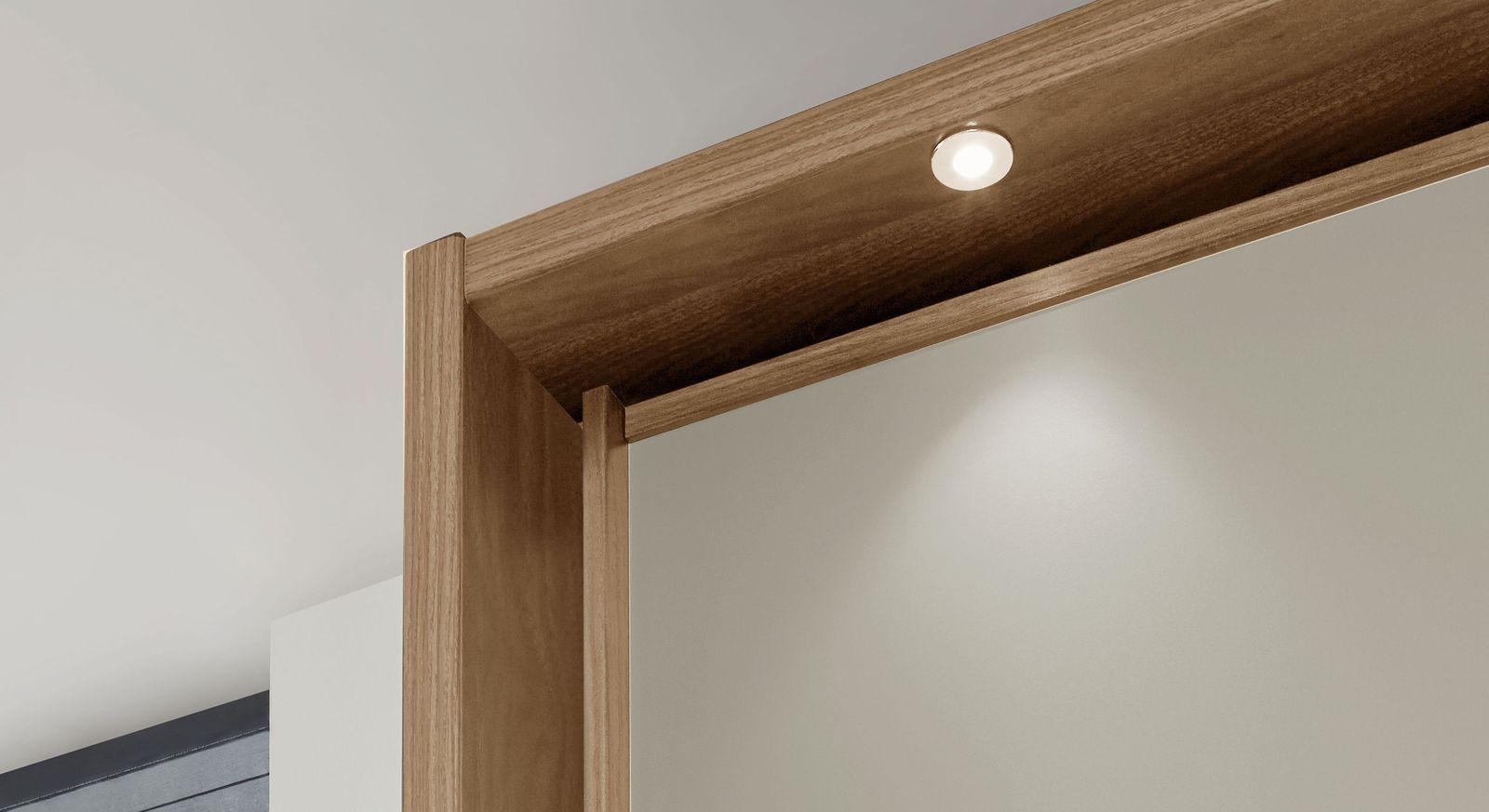 Kleiderschrank-Seabrook mit Beleuchtung am Passepartout-Rahmen