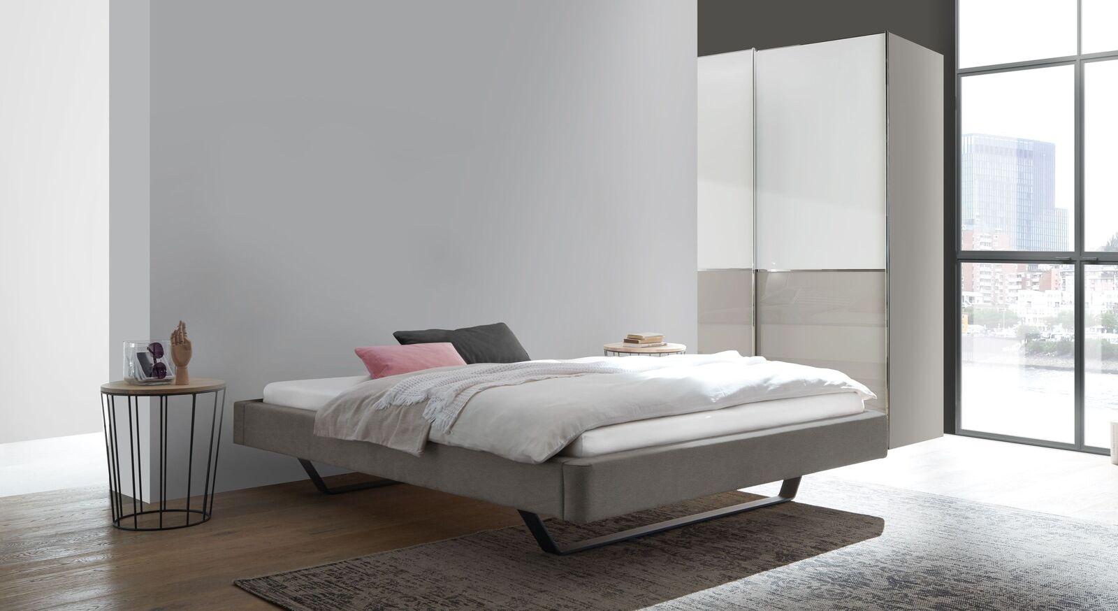 Liege Nantra mit passender Schlafzimmer-Ausstattung