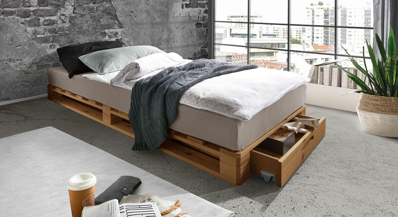 Palettenbett Nimba mit praktischer Schublade