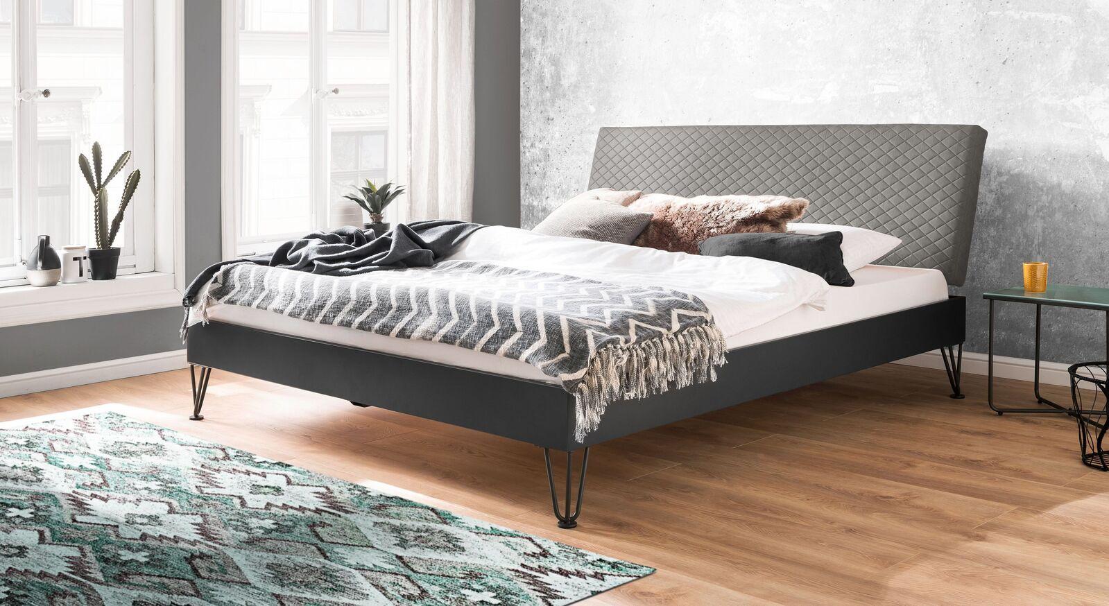Preiswertes Bett Vegeta in angesagtem Materialmix