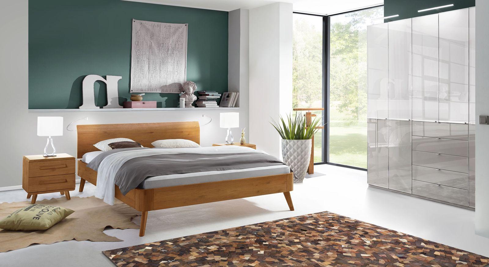 Schlafzimmer Manouba mit Massivholzbett und Glas-Kleiderschrank