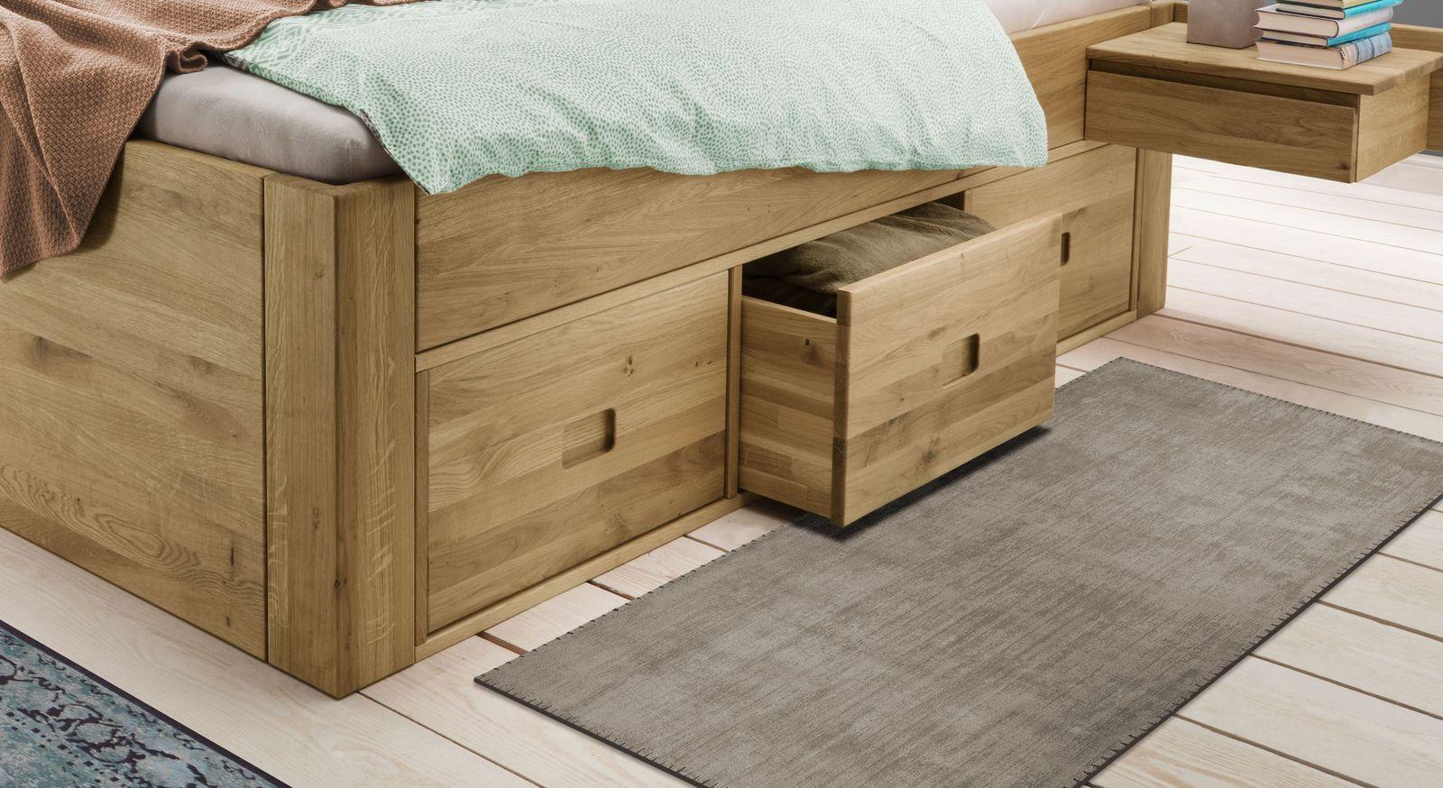 Massivholz-Bett Blumau mit leichtgängigen Schubkästen