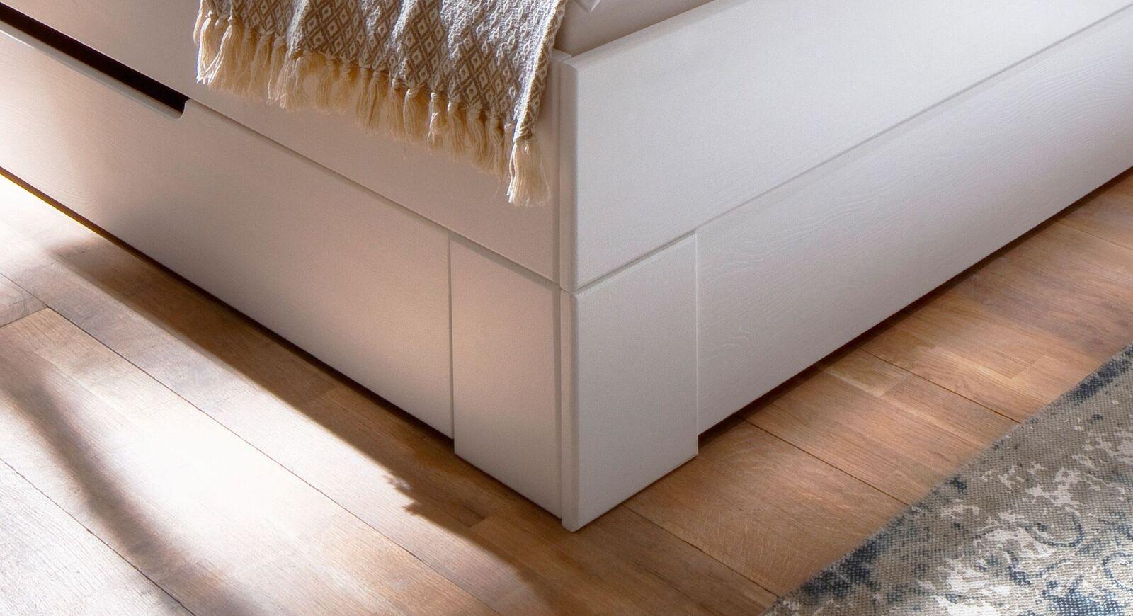 Schubkasten-Bett Ottena aus weiß lackiertem Massivholz