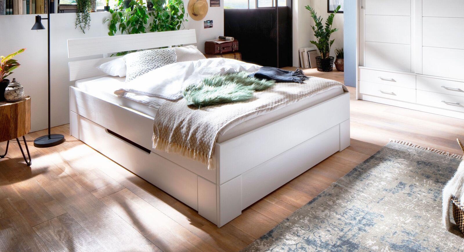 Schubkastenbett Ottena aus weiß lasiertem Holz