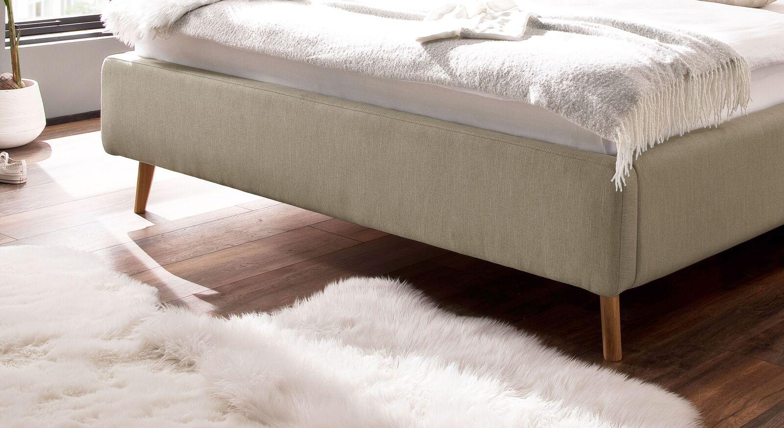 Stauraumbett Kromera mit eleganten Holzbeinen