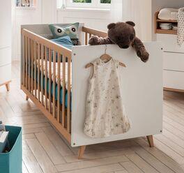 Babybett Kids Nordic mit ausgestellten Bettbeinen