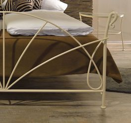 Bett Acara mit elegantem Fußende