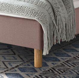 Bett Arensa mit Rundfüßen aus Holz