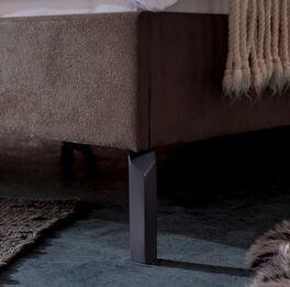 Bett Gitega mit filigranen Metallfüßen