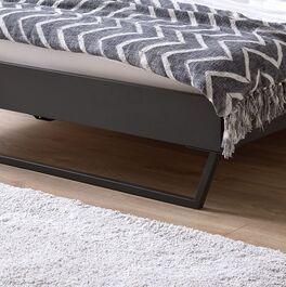 Modernes Bett Janka mit graphitfarbenen Metallkufen