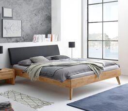 Stilvolles Bett Kantil im Materialmix