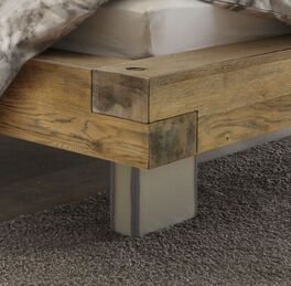 Bett Kolmar mit breitem Holzbettrahmen