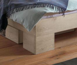 Bett Olinda mit markanten Winkelfüßen aus Holz
