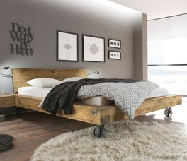 Rustikales Bett Quesada mit markanter Holzmaserung