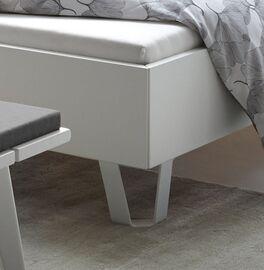 Bett Sindri mit weißen Metallfüßen