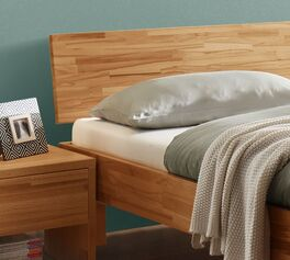 Bett Varion mit schrägem Holz-Kopfteil
