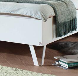Designerbett mit eleganten Metallfüßen in V-Form