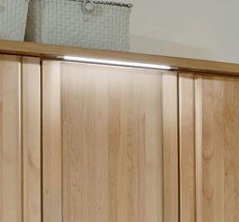 Drehtüren-Kleiderschrank Ageo Holzfront mit sparsamer Beleuchtung