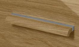 Detailbild des Griffs aus massiver Eiche mit mattem Metall