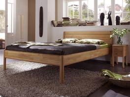 Massivholzbett Sasari im schlichten Design mit passendem Nachttisch
