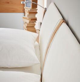 INTERLIVING Bett 1202 mit weißem Kunstleder-Kopfteil