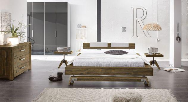 Trendiges schlafzimmer mit akazienbett im industrialstil molina - Schlafzimmer style ...
