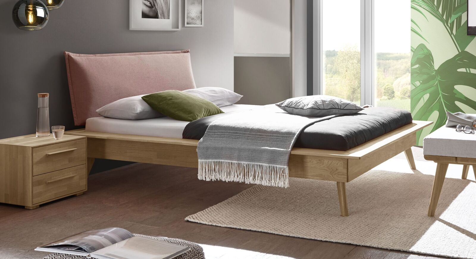 Trendiges Bett Casevio mit rosefarbenem Kopfteil