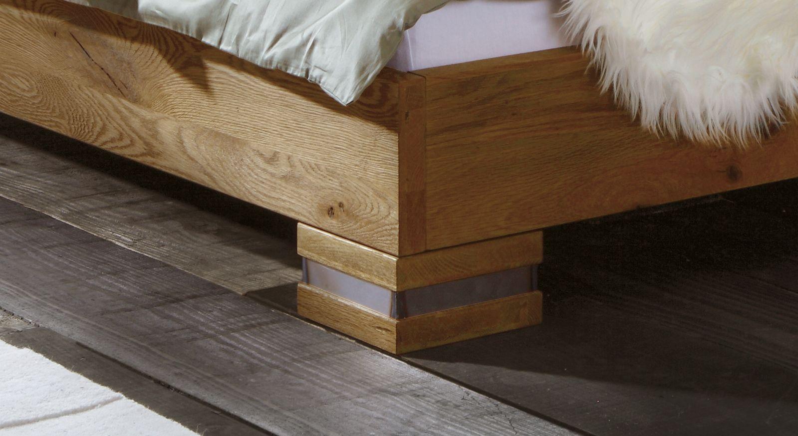 Wildeichenbett Curada mit Bettfuß mit Stahlmanschetten