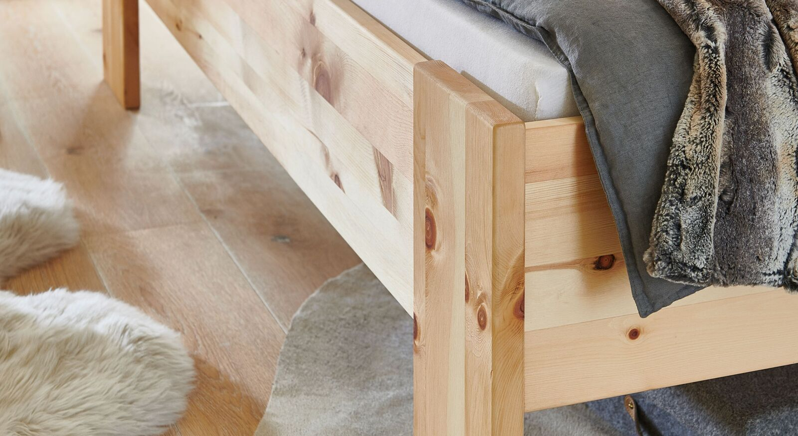 Zirbenholz-Bett mit massiven Holzfüßen